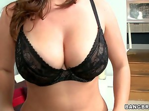 Smoking hot milf Lisa is from Colombia, but she spends every 6 months in the USA
