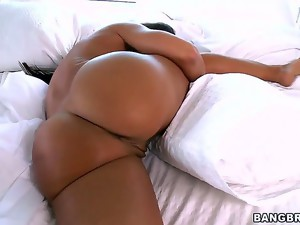 Curvy milf Lisa Ann is every guys dream come true with nicely shaped big rack and a